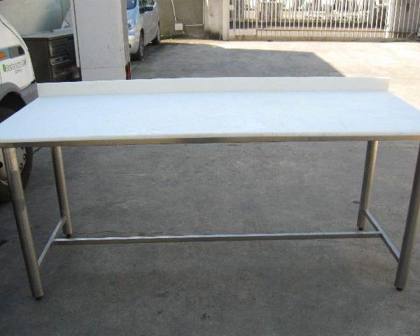 Tavolo su tubolari con piano in polietilene